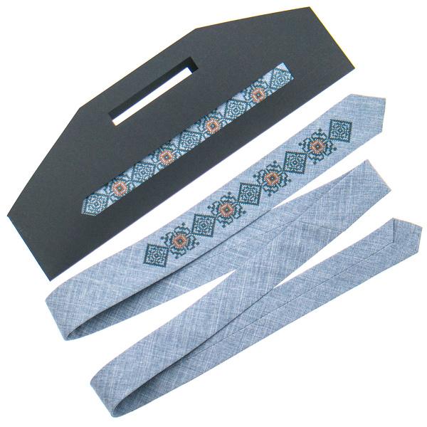 Вузька краватка з вишивкою №923