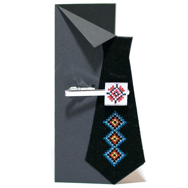 Вишитий зажим для краватки з орнаментом (білий)